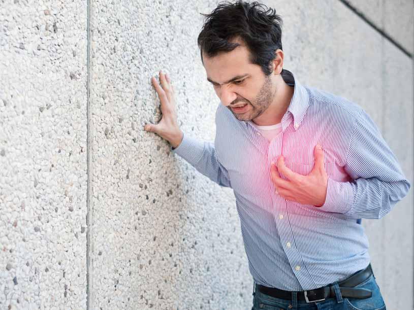 فردی مبتلا به مشکلات قلبی