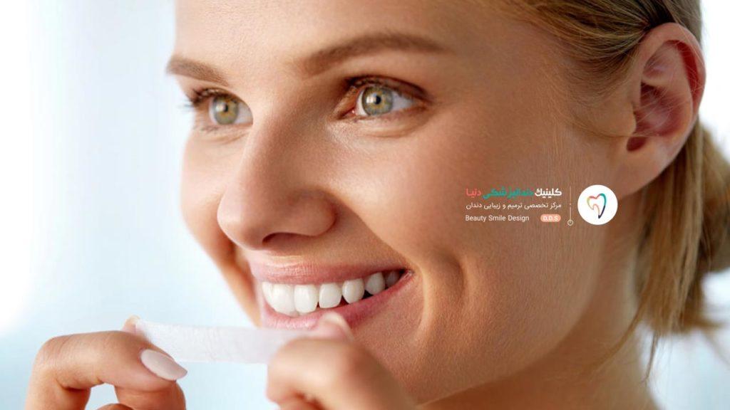 تصویر خانمی که از نوار یا چسب بلیچینگ دندان در خانه برای سفید کردن دندان هایش استفاده می کند