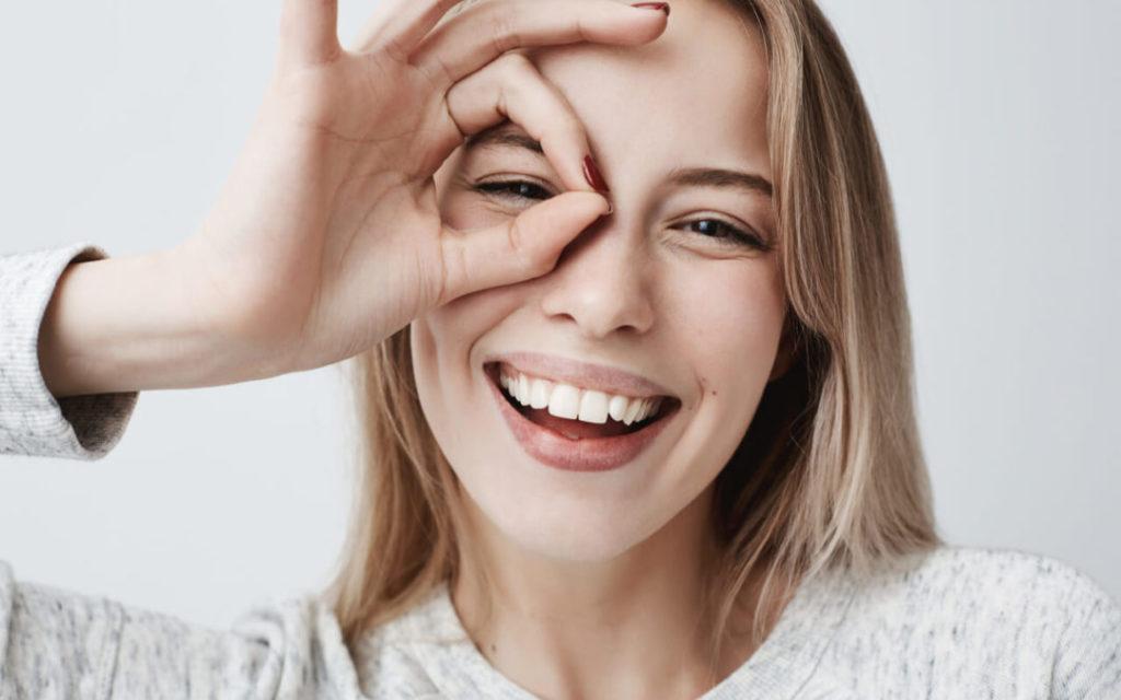 تصویر یک لبخند منظم بدون وجود فاصله بین دندان ها
