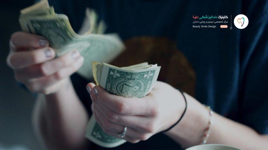 دختری که در حال شمارش پول است